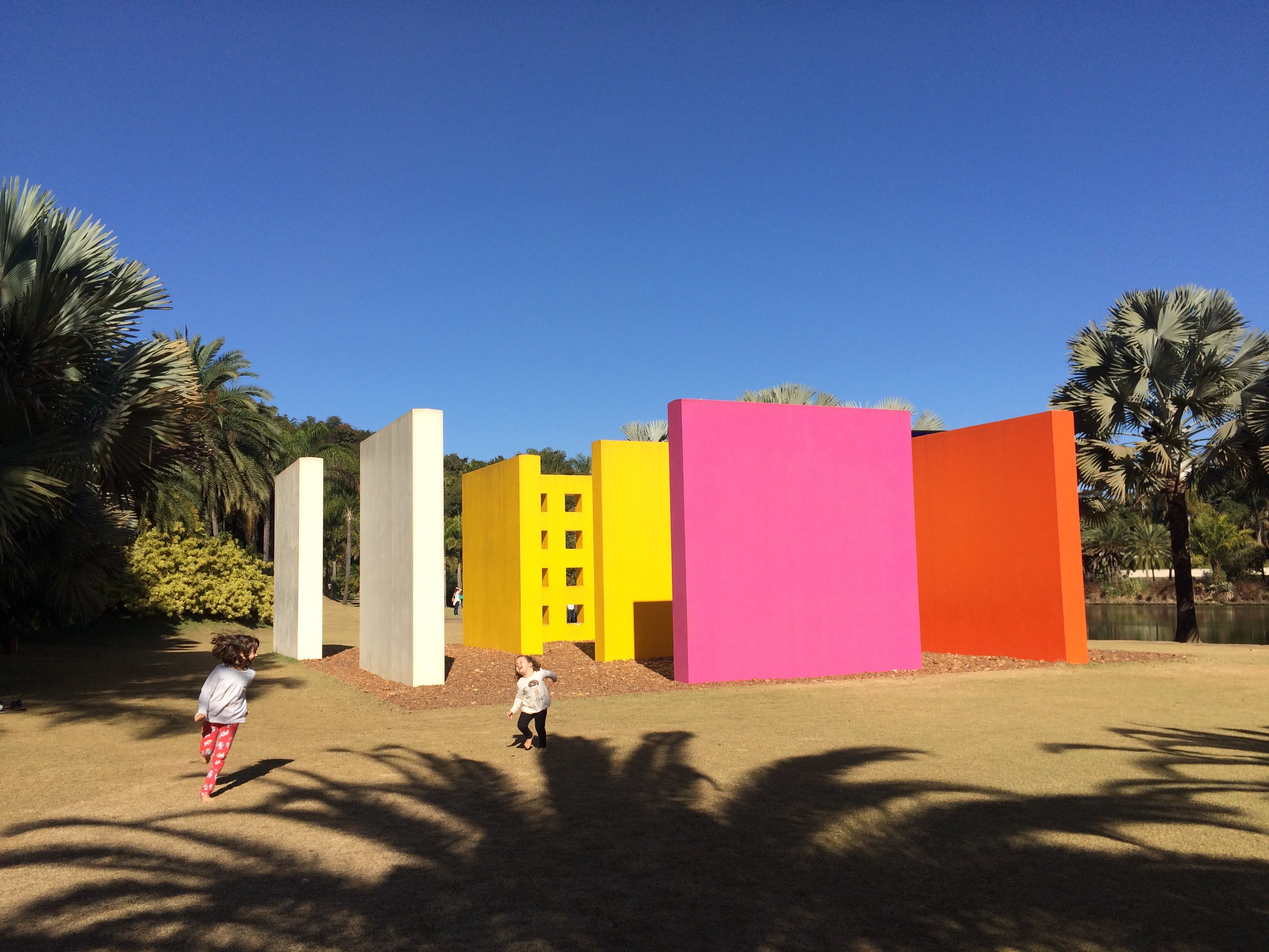 As meninas interagindo com a Penetrável Magic Square, de Hélio Oiticica